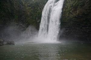 豪快に流れる滝